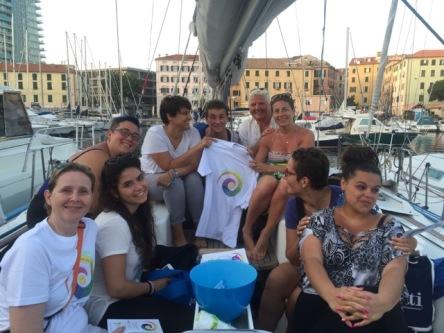 yoga della risata in barca